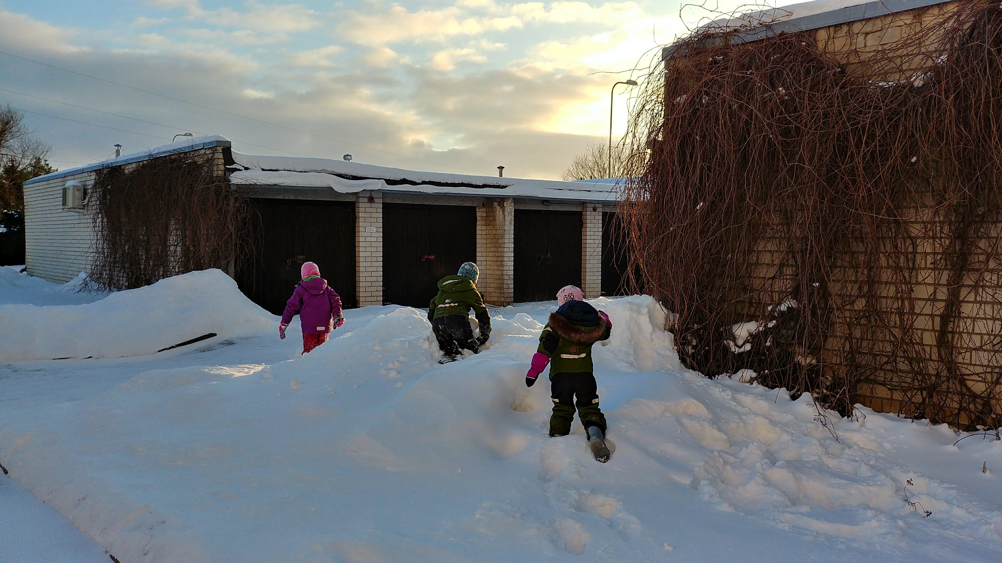 Lapsed lumekuhjades